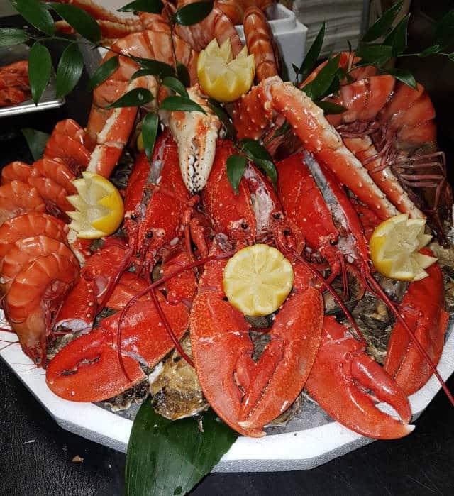 Beau plateau de fruits de mer (produits festifs : crustacés) à commander pour les fêtes à la Poissonnerie des halles.