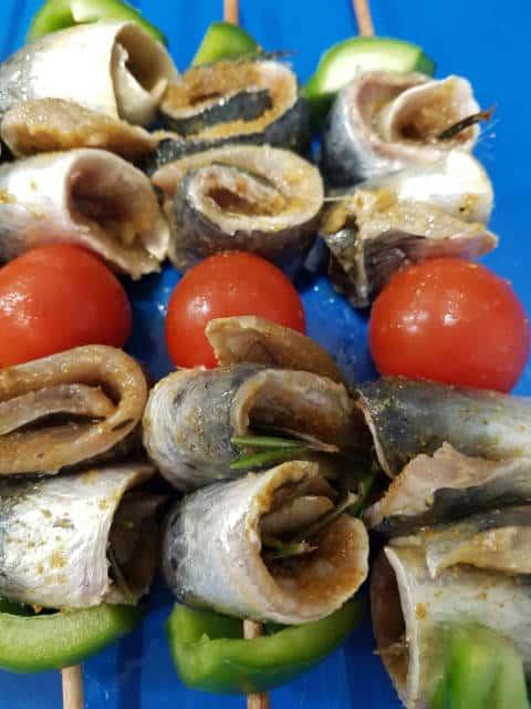 Gros plan sur les brochettes de filets de sardine marinés au citron, épices marocaines et romarin