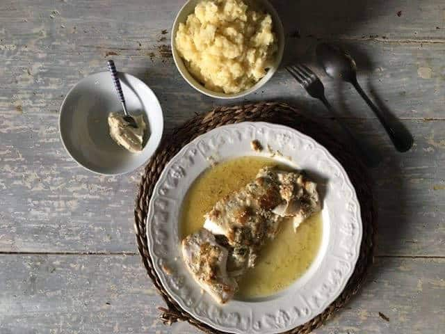 Photo d'une assiette avec du cabillaud à l'aïoli accompagné de sa purée de pommes de terre.