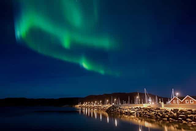 Aurores boréales vertes au dessus de la côte norvégienne.