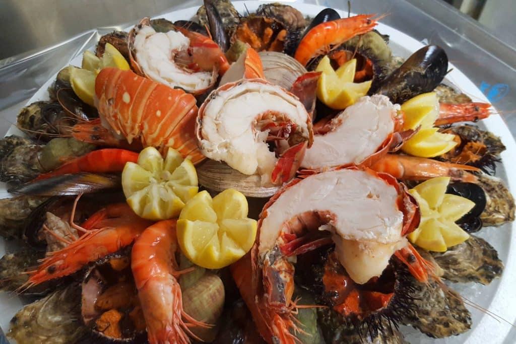 Plateau de fruits de mer complet : gros crustacés, coquillages, citron et aïoli. Ce plateau a été préparé par les poissonniers professionnels de Lavaur, Tarn.