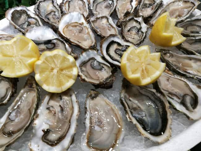 Huîtres accompagnées de citron