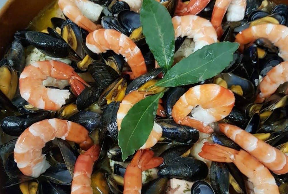 Gros plan sur la marmite de poisson façon les Halles : moules, gambas, poissons, légumes, ...