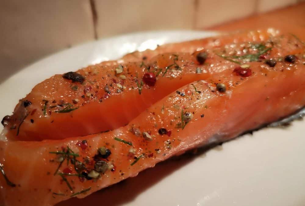 Gros plan sur 2 tranches de saumon Gravlax