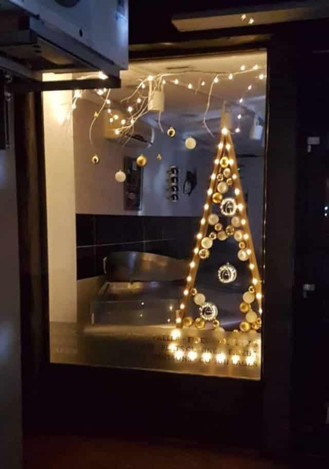 Vitrine de Noël de la poissonnerie de Lavaur (sapin doré en palettes en bois).