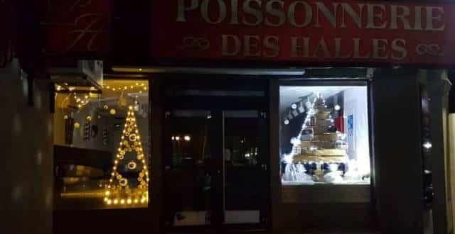Vitrine de Noël de la Poissonnerie des Halles à lavaur (2019, vue de loin).