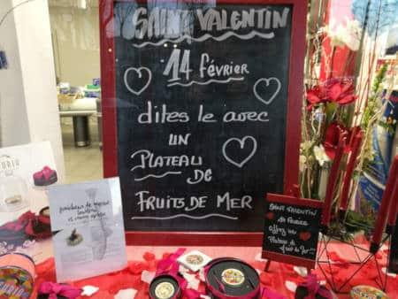 Vitrine spécial Saint-Valentin à la poissonnerie des halles.
